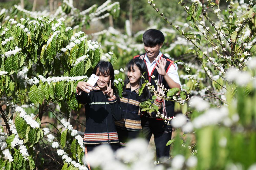 Các bạn trẻ địa phương huyện Ia Grai cùng nhau chụp ảnh lưu lại khoảnh khắc đẹp. Ảnh. N.G