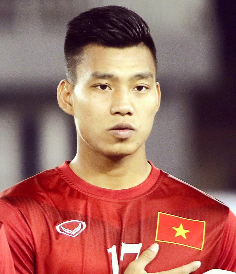 3 năm sau đó, Văn Thanh đã nâng vẻ điển trai của mình lên một tầm cao mới với kiểu tóc undercut, nhưng vẫn luôn giữ style tóc vuốt càng cao càng tốt.