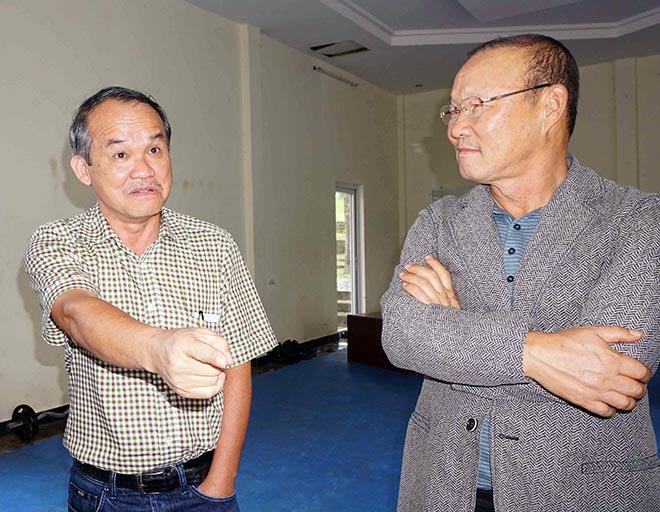 Bầu Đức từng làm hướng dẫn viên cho HLV Park Hang Seo khi ông lên thăm học viện HAGL hồi tháng 10/2017