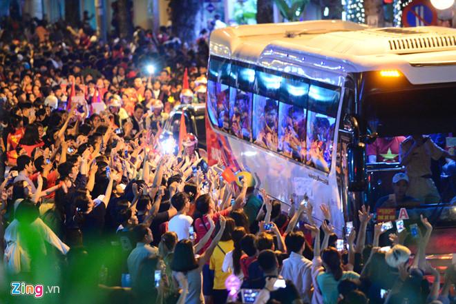 Người hâm mộ chào đón U23 Việt Nam ở TP. Hồ Chí Minh hôm qua (4/2). Ảnh: Tùng Tin.