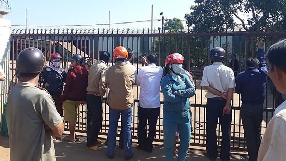 Người dân kéo đến bao vây công ty để đòi nợ