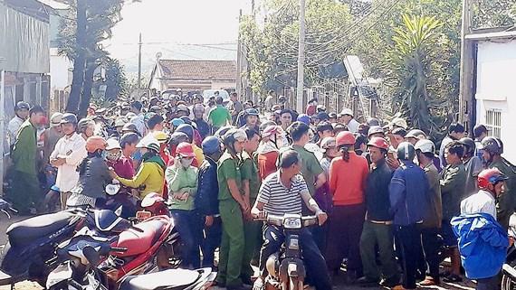 Hàng trăm người dân bao vây đại lý thu mua cà phê để đòi nợ