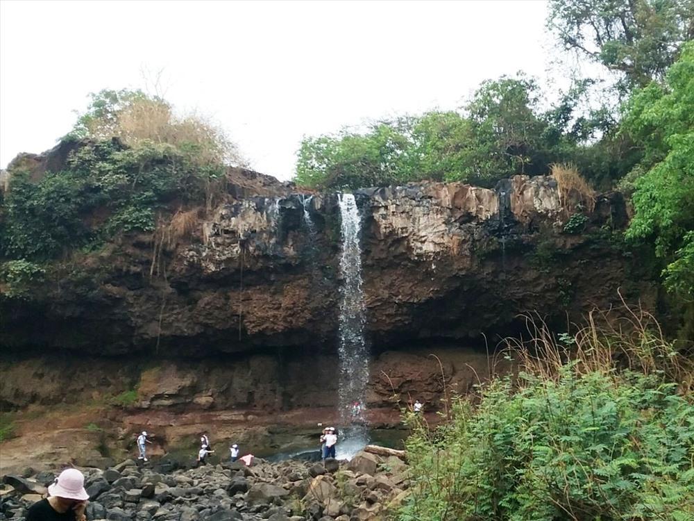 Dù mùa khô, nhưng thác Kueng O vẫn thu hút khách thập phương.