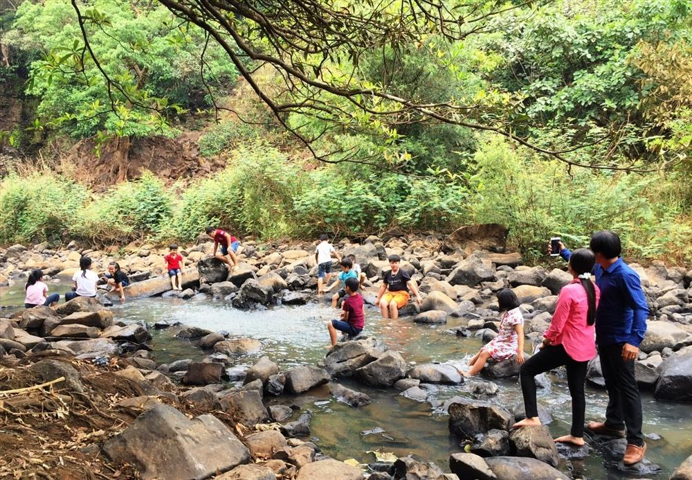 Rất nhiều du khách thích thú cảnh vật thiên nhiên của thác Kueng O.
