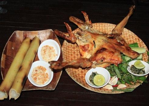 Cơm lam, gà nướng là hai món ăn hấp dẫn bất kỳ du khách nào khi đến Tây Nguyên. Ảnh: K.Hòa