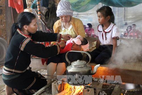 Tỉnh Đắk Lắk hiện có 184 cô đỡ thôn bản hoạt động hiệu quả trong việc chăm sóc sức khoẻ sinh sản cho đồng bào dân tộc. Ảnh: Dương Ngọc/TTXVN