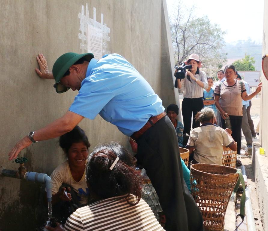 Người dân phấn khởi khi không còn phải lo thiếu nước sinh hoạt vào mùa khô như trước đây. Ảnh: Q.T