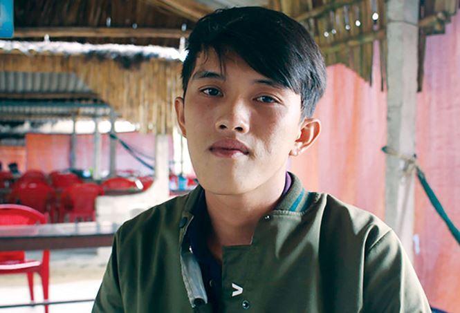 Trần Thanh Ron lao mình xuống biển để cứu người. Ảnh: Quốc Triều.