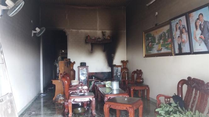 Căn nhà cấp bốn cùng nhiều đồ đạc bị hư hại hoàn toàn