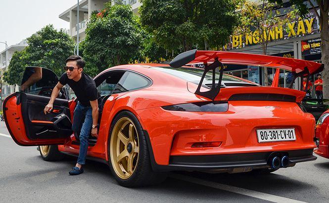 Doanh nhân Nguyễn Quốc Cường, Phó tổng giám đốc Quốc Cường Gia Lai được biết đến là một đại gia nổi tiếng với thú chơi siêu xe. Cường Đô la - biệt danh của đại gia phố Núi từng và đang sở những siêu xe đình đám ở Việt Nam. Mới nhất trong bộ sưu tập siêu xe của vị đại gia này là chiếc Porsche 911 GT3 RS. Siêu xe này được Cường Đô la cầm lái tham gia hành trình siêu xe Car passion 2018 hồi đầu tháng 3 vừa qua.