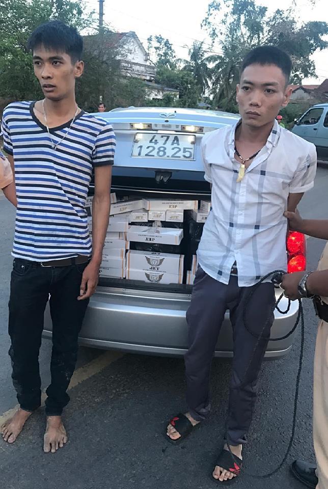 Hai đối tượng vận chuyển thuốc lá lậu bị Đội CSGT bắt giữ khi làm nhiệm vụ TTKS trên QL19 Bình Định