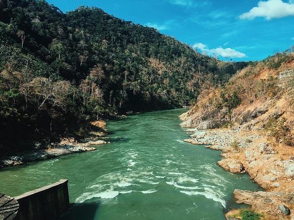 Nhìn dòng nước chảy, khám phá nơi cung cấp điện cho toàn Tây Nguyên là một điều ý nghĩa cho chuyến đi.