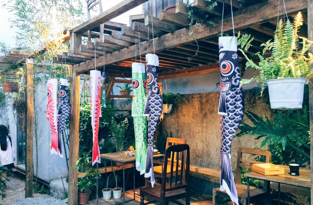 Những lối đi treo cờ cá chép Koinobori. (Ảnh: Hường Trần)