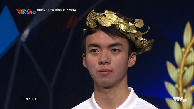Hữu Quốc rơi nước mắt khi giành chiến thắng suýt sao trước bạn chơi Tiến Quang. Ảnh chụp màn hình.