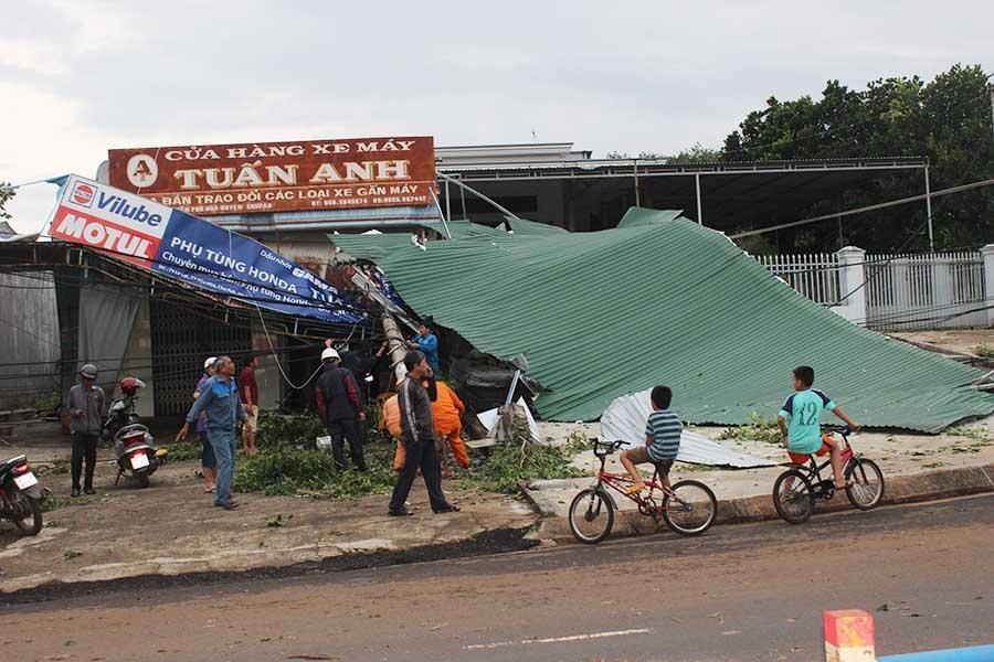 Nhiều nhà dân bị tốc mái gây hư hỏng nặng.