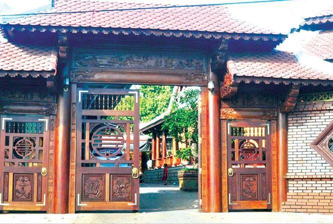 Một chiếc cổng hoành tráng của một căn biệt thự gỗ.