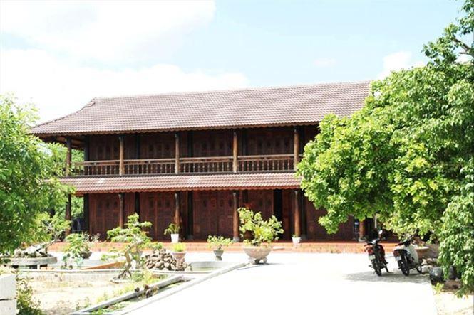 Căn nhà gỗ của một lãnh đạo xã Uar.