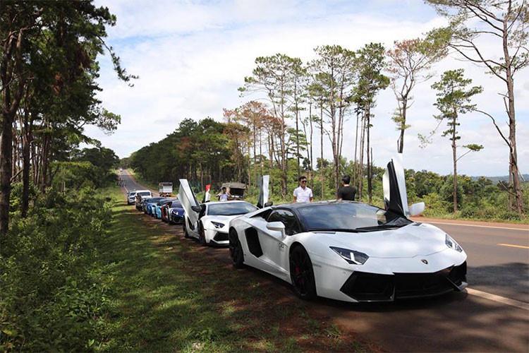 Siêu xe Lamborghini Aventador LP700-4 độ body kit bằng sợi carbon của hãng Vorsteiner,