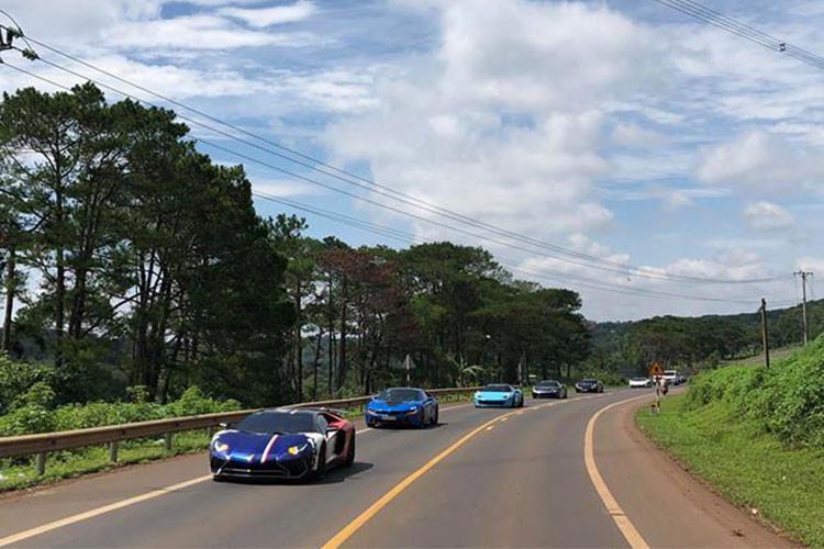 Tham gia hành trình lần này gồm có; Ferrari 458 Italia Liberty Walk, Lamborghini Aventador LP700-4 độ body kit bằng sợi carbon của hãng Vorsteiner, Ferrari 488 GTB màu đen mang biển kiểm soát Hà Nội, Lamborghini Aventador LP700-4 màu xanh Lemans,