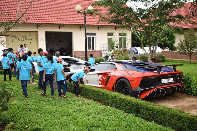 Cũng như hành trình Car Passion hồi tháng 3, lần này các thành viên của Car Passion cũng dành thời gian ghé thăm Làng trẻ em SOS Pleiku (đường Hải Thượng Lãn Ông, tổ 1, phường Yên Thế, Thành phố Pleiku, Gia Lai). Tại đây, các em nhỏ tỏ ra khá phấn khích trước dàn siêu xe