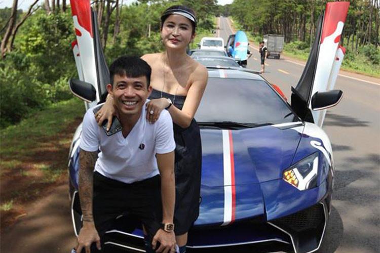 Ở hành trình Car & Passion đi Tây Nguyên lần này còn có sự góp mặt của đại gia Minh Nhựa trên chiếc Lamborghini Aventador SV hàng hiếm. Đây là một trong số những lần hiếm hoi anh tham dự hành trình siêu xe cùng với những người bạn có chung niềm đam mê tốc độ.