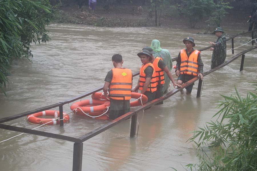 Cán bộ, chiến sĩ Bộ Chỉ huy Quân sự tỉnh và Ban Chỉ huy Quân sự huyện Ia Grai sửa chữa cây cầu ở làng Bek (xã Ia Bă) bị hư hại do mưa lớn. Ảnh: N.D