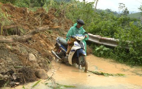 Sạt lở tại km 21 đến km 25 khu vực đầu làng Díp (xã Ia Kreng). Ảnh: T.V