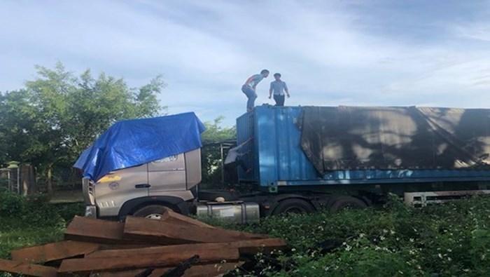 Xe container chở gỗ hiện đang bị tạm giữ tại hạt kiểm lâm. Ảnh: Công Lý