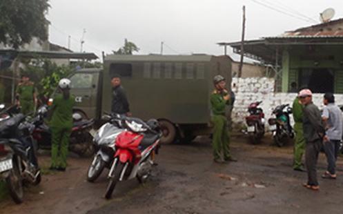 Lực lượng chức năng đã khám xét nhiều phòng trọ và trong khuôn viên khu nhà trọ.
