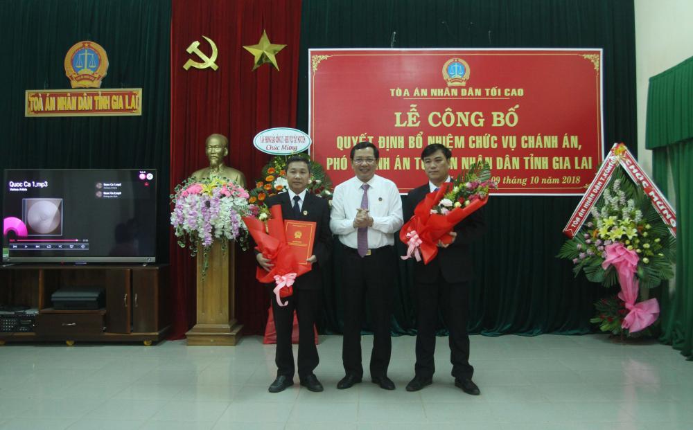 Đại diện lãnh đạo TAND tối cao trao quyết định bổ nhiệm cho ông Phạm Duy Lam và ông Hà Viết Toàn. Ảnh: Văn Ngọc
