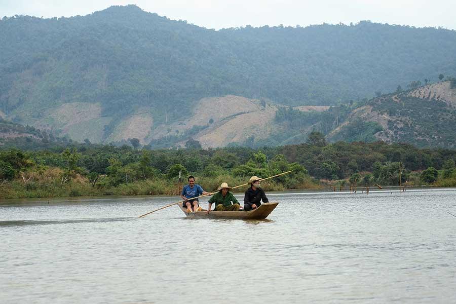 Ngồi thuyền độc mộc và ngắm cảnh sông nước Pô Kô mênh mông đem đến nhiều trải nghiệm thú vị cho du khách. Ảnh: P.L