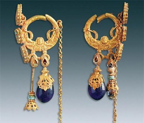 Đôi khuyên tai bằng vàng được phát hiện trong ngôi mộ