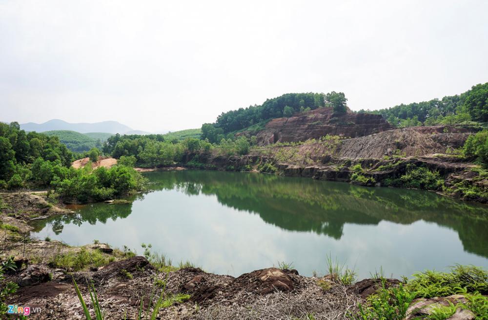 Đá đỏ và khu vực hồ nước ở ngọn Mồ Côi cạnh đồi Tỷ, nơi từng xảy ra vụ sập hầm làm 75 người chết.