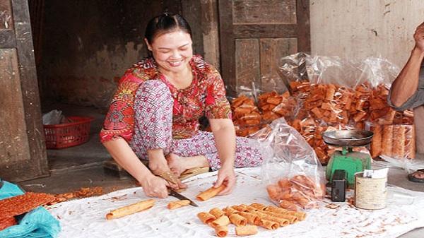 Bánh đa gấc là nguồn thu chính của nhiều hộ gia đình
