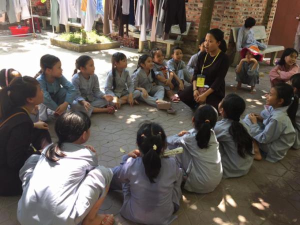 Mặc dù thời tiết nóng bức, nhưng các thanh thiếu niên vẫn chăm chú lắng nghe, tu tập theo sự hướng dẫn của các anh chị tình nguyện viên.