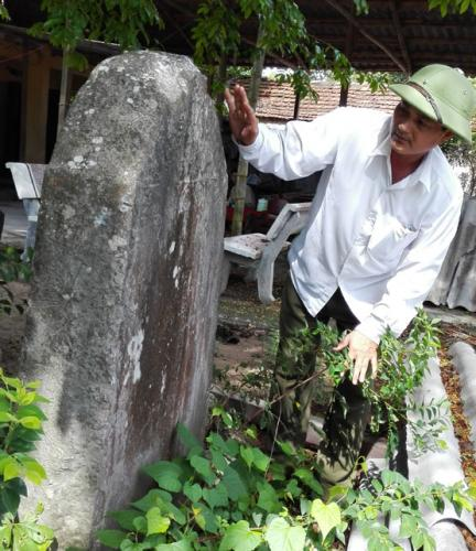 Bia đá cổ trước cổng chùa