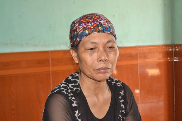 Bà Xuân đau xót khi người con trai xấu số bị người khác sát hại dã man. Ảnh: Đức Tùy