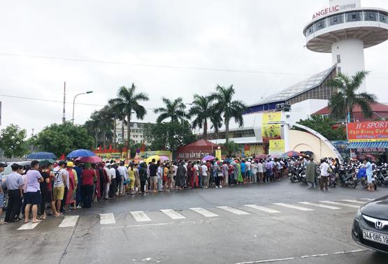 Khoảng 300-500 người đứng xếp hàng đợi mua vé