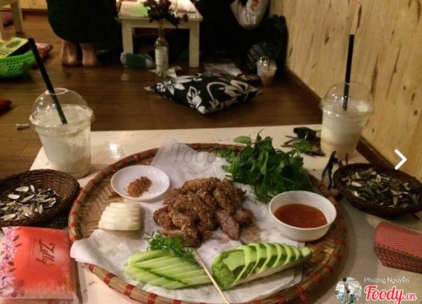 Nem chua là đồ ăn được các bạn trẻ yêu thích khi tới quán ( Nguồn: Foody.vn)