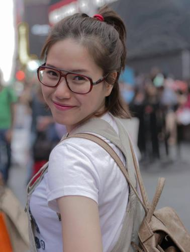 Thùy Chi luôn chọn cho mình phong cách trẻ trung, giản dị dù ở bất kỳ nơi đâu. (Nguồn: kenh14.vn)