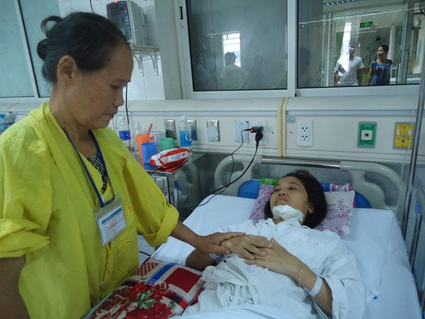 Mẹ chị xót xa khi chứng kiến con gái chịu những cơn đau đớn dày vò không dứt