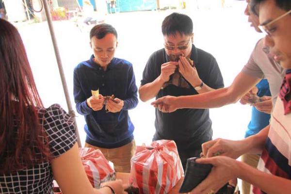 Thực khách thưởng thức bánh gai ngay tại chỗ bán. (Nguồn: danviet.vn)