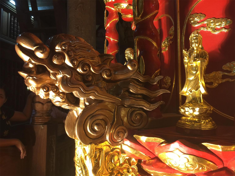 Đầu rồng của Cửu phẩm liên hoa được phục chế với những nét trạm trổ công phu.