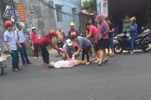Nạn nhân bị đạn găm trúng đùi đang được người dân sơ cứu. (Nguồn: vnexpress.net)
