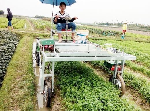 Nguyễn Ngọc Đông Anh tự điều khiển máy chăm sóc hoa màu đa năng do em tự tay sáng chế