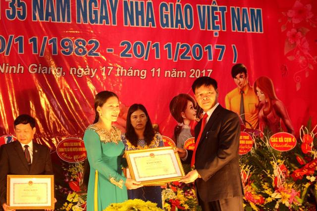 Thừa ủy quyền của Bộ GD&ĐT, ông Nguyễn Tiến Tầng - Chủ tịch UBND huyện Ninh Giang trao bằng khen cho 5 cá nhân có thành tích tiêu biểu. Ảnh: Đ.Tùy