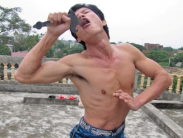 Anh Điệu là người nuốt được nhiều thanh kiếm nhất Việt Nam. - Ảnh: giadinh.net.vn