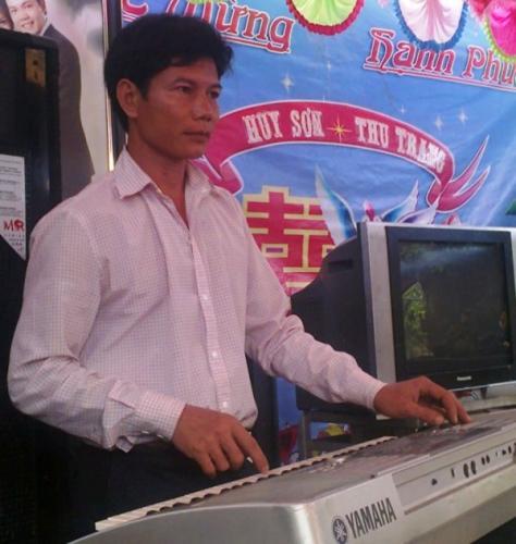 Bỏ nghề nuốt kiếm, anh Điệu trở thành nghệ sĩ làng đánh đàn đám cưới. Ảnh: giadinh.net.vn