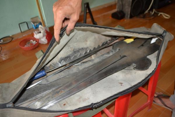 Túi đồ nghề gồm các loại kiếm của anh Điệu. - Ảnh: giadinh.net.vn