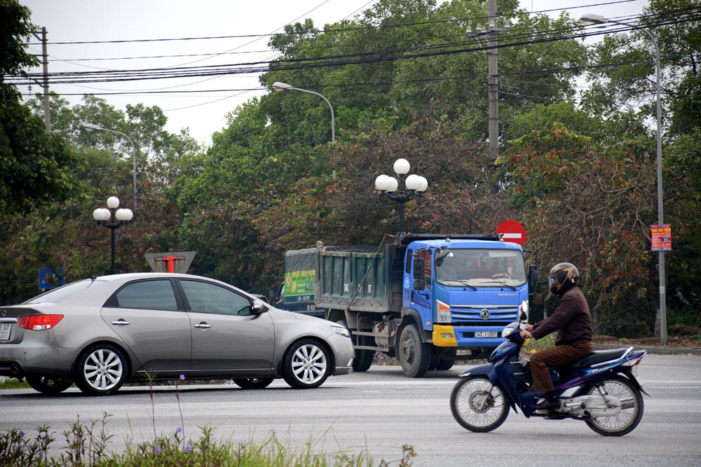 Nhiều xe máy (ảnh trên), xe ô tô con (ảnh dưới) dừng chờ sang đường ngay trên ranh giới giữa 2 chiều đường, tiềm ẩn nguy cơ tai nạn giao thông rất cao.